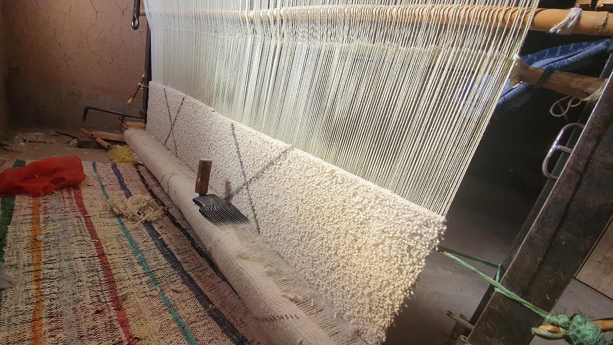Tapis berbère en cours de tissage