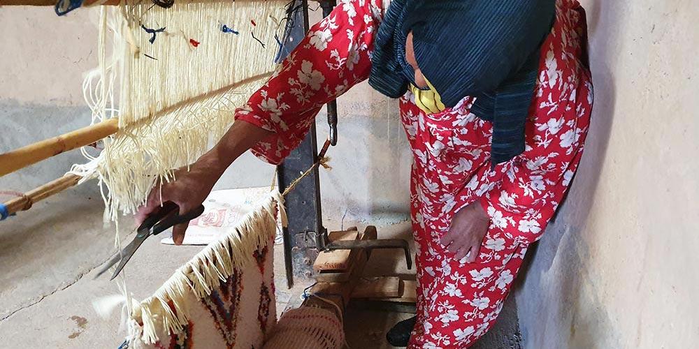 Coupe de la chaine d'un tapis berbère